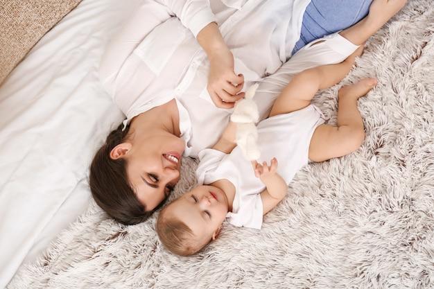 집에서 귀여운 작은 아기와 함께 행복 한 어머니