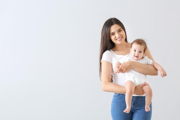 グレーのかわいい赤ちゃんと一緒に幸せな母