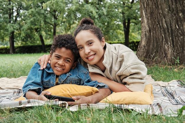 屋外で息子と幸せな母親
