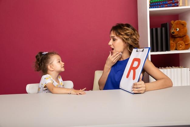 Счастливая мать с маленьким ребенком учатся вместе