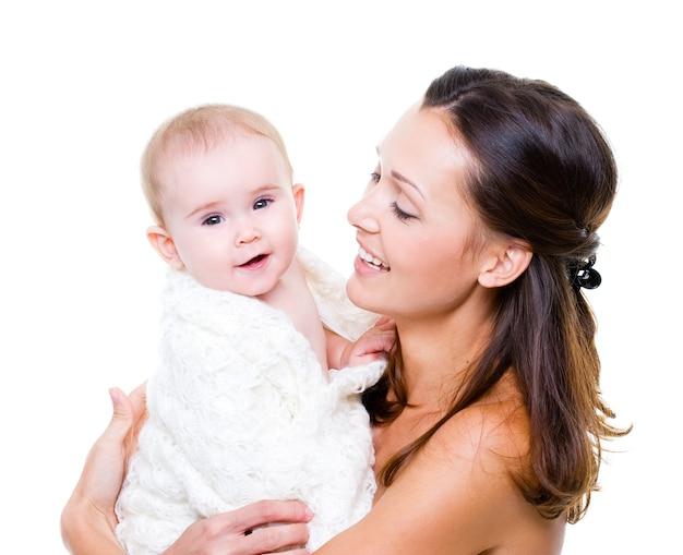 Счастливая мать с улыбающимся ребенком