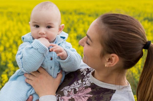 フィールドで子供と幸せな母