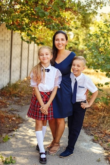 放課後2人の学童を持つ幸せな母親