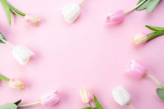 幸せな母の日の概念。フレーム内のピンクのチューリップの花の上から見る