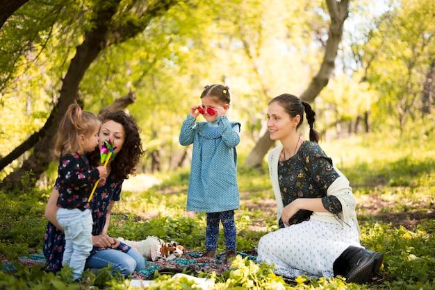Счастливые мамы с детьми на природе