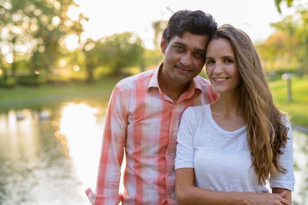 幸せな多民族のカップルの笑顔と愛