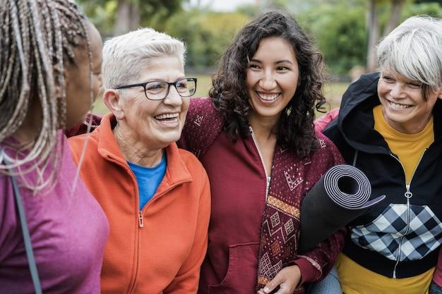 屋外でのスポーツ トレーニングの後、一緒に楽しんで幸せな多世代の女性