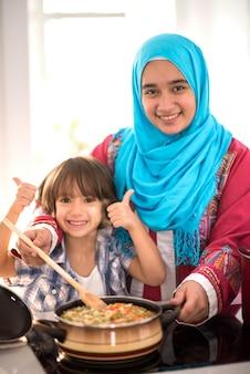 새로운 현대 가정에서 행복한 무슬림 가족