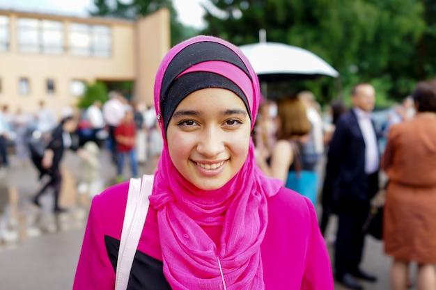 무도회에서 행복 한 무슬림 소녀