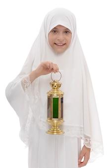 Счастливая мусульманская девочка с праздничным фонарем рамадан