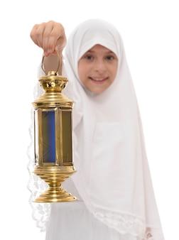 Счастливая мусульманская девушка с фонарем рамадан