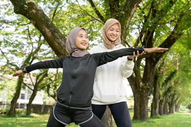 一緒に屋外でスポーツをしている運動パートナーと幸せなイスラム教徒