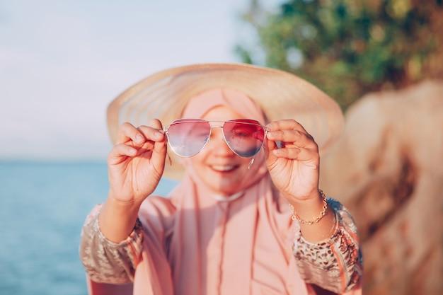 여름 휴가에 행복 한 이슬람 여자