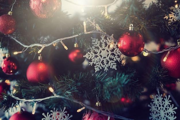 装飾が施された幸せな新しい2020年のクリスマスツリー