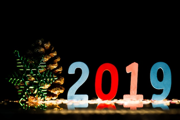 새해 복 많이 받으세요 2019 그림은 반사 표면, 복사 공간에 나무로 만들어집니다.