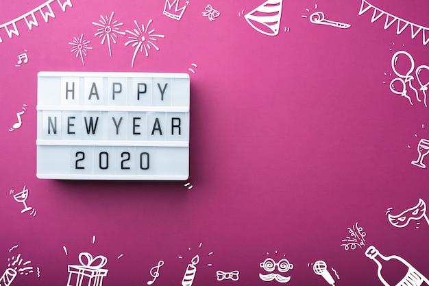Светлая коробка с новым годом 2020 с взгляд сверху деталя праздника украшения детали doodle на фиолетовой таблице
