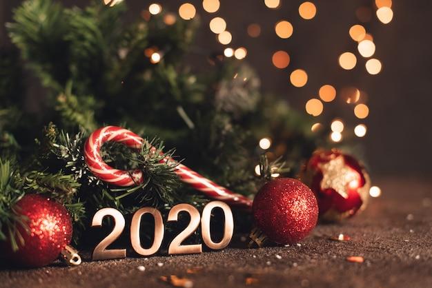 新年あけましておめでとうございます2020。木製の背景に番号2020からのシンボル