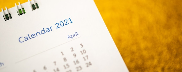 새해 복 많이 받으세요 2021 달력 페이지가 골드 반짝이 스파클 벽에 닫습니다.