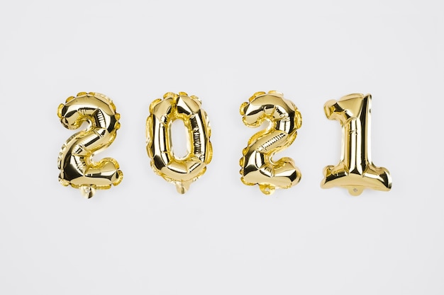 새해 복 많이 받으세요 2021 축하. 화이트에 황금 번호 풍선