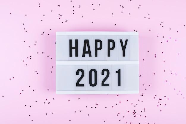 明けましておめでとうございます2021年のお祝い。テキストハッピー2021と輝きのあるライトボックス