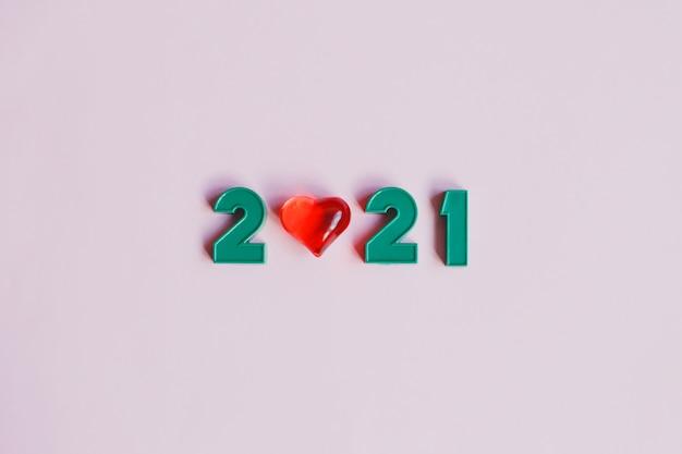С новым 2021 годом. композиция из чисел 2021 и красное сердце.