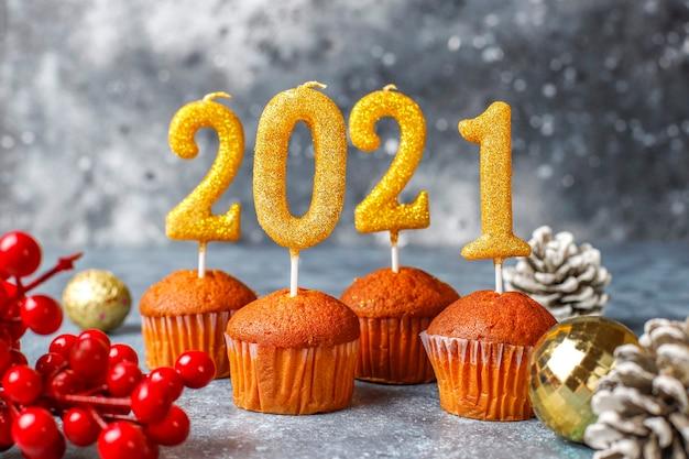 明けましておめでとうございます2021、黄金のキャンドルとカップケーキ。