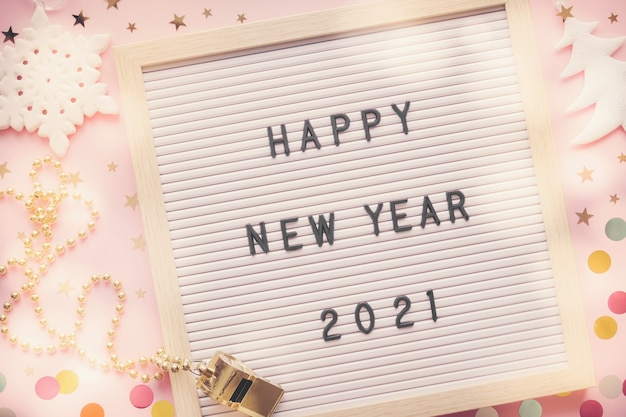 お祝いの装飾が施されたレターボード上のhappynew year 2021