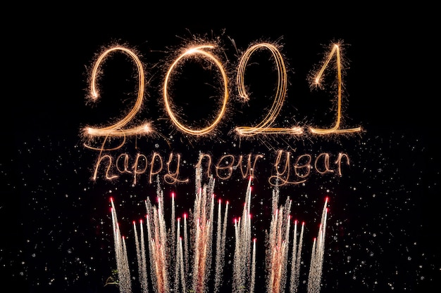 С новым годом 2021 года. сверкающий горящий текст с новым годом 2021 года, изолированные на черном фоне.