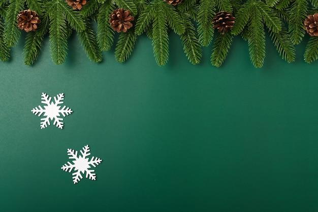 明けましておめでとうございますクリスマスの日のコンセプト上面図フラットレイモミの木の枝と装飾