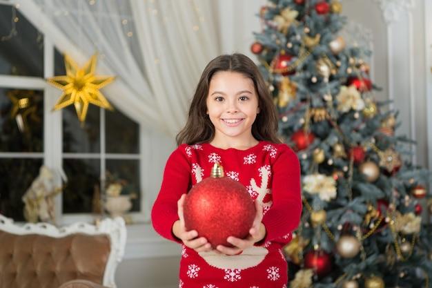 明けましておめでとう。クリスマス。子供は休日を楽しんでいます。クリスマスに小さな幸せな女の子。クリスマス前の朝。年末年始。小さな子供の女の子はクリスマスプレゼントが好きです。クリスマスはあなたがすべて陽気であることを願っています。