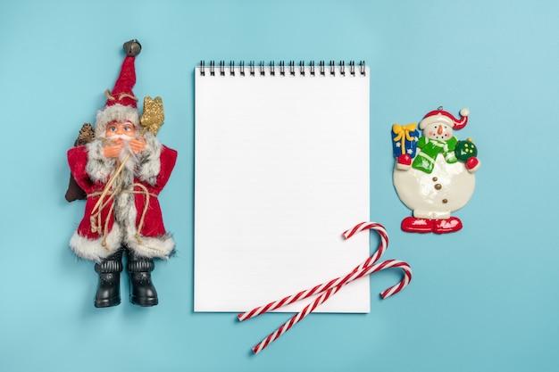 ハッピーニューイヤーフラットなレイアウトノートブック、テキストのための場所でクリスマスデコレーションブルーb