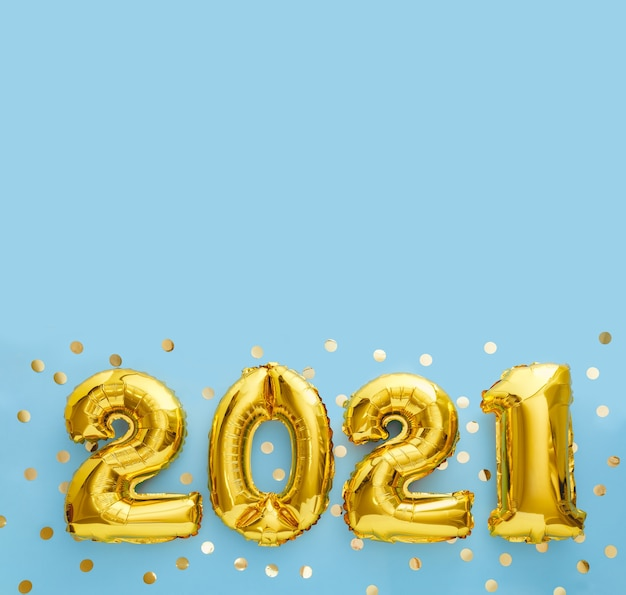 새해 복 많이 받으세요 금박 풍선 2021 풍선 파란색 복사 공간에.