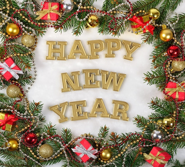 明けましておめでとうございます黄金のテキストとトウヒの枝と白い背景の上のクリスマスの装飾