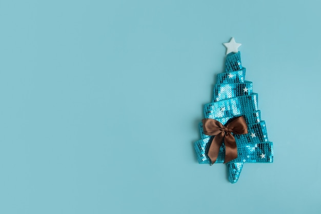 리본 복사 공간으로 만들어진 평평한 추상 반짝이는 크리스마스 트리가 있는 새해 인사 카드