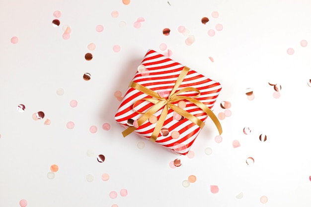 새해 복 많이 받으세요 수평 구성. 크리스마스 스트라이프 디자인 선물 상자, 황금 활, 복사 공간 흰색 배경에 반짝이 빛. 평면 위치, 평면도