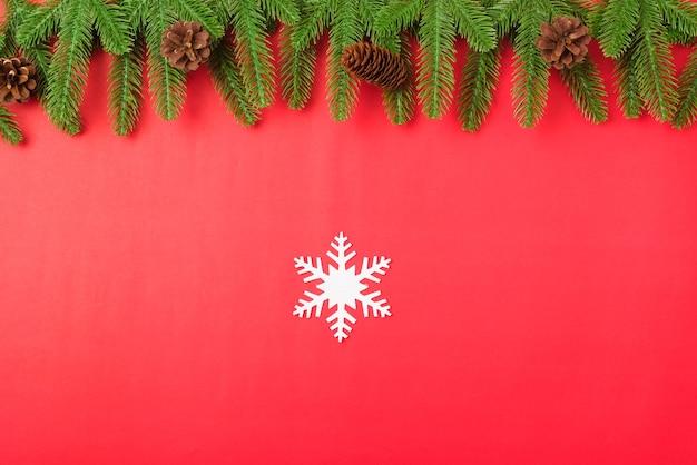 明けましておめでとうございますまたはクリスマスの日の上面図フラットレイモミの木の枝と装飾