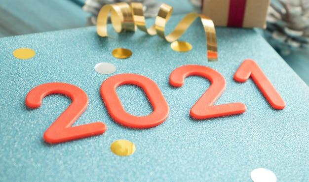 새해 복 많이 받으세요. 나무 배경에 번호 2021에서 기호