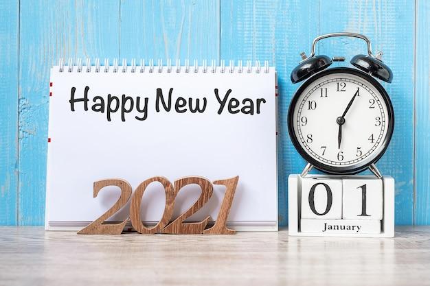 С новым годом с будильником и деревянным номером