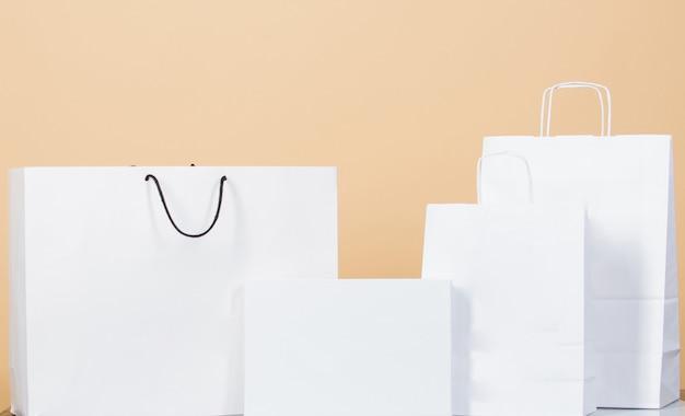 明けましておめでとう。クリスマスプレゼント。休日と休暇。ショッピングバッグ。クリスマスショッピング販売。楽しさと贈り物。ブラックフライデー。お誕生日おめでとうのコンセプト。記念日のお祝い。サイバー月曜日。コピースペース