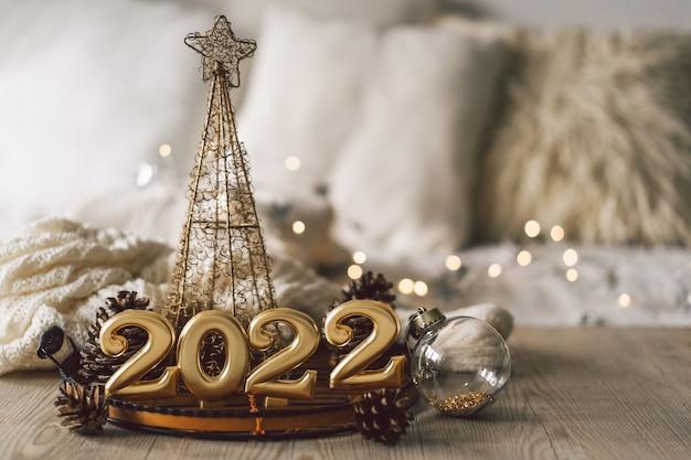 モミの木の円錐形とクリスマスの装飾クリスマスホリダと新年あけましておめでとうございますクリスマスの背景...