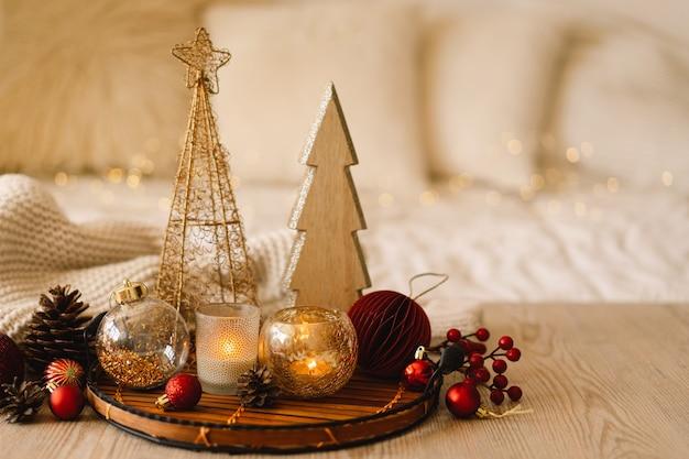 전나무 나무 콘과 크리스마스 장식 크리스마스 휴일 해피 뉴 이어 크리스마스 배경...