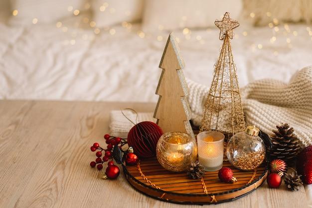 明けましておめでとうございますクリスマスの背景とモミの木の円錐形とクリスマスの装飾クリスマス休暇...