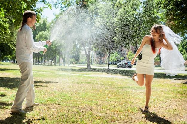 공원에서 결혼식을 축하하는 행복 한 신혼 부부