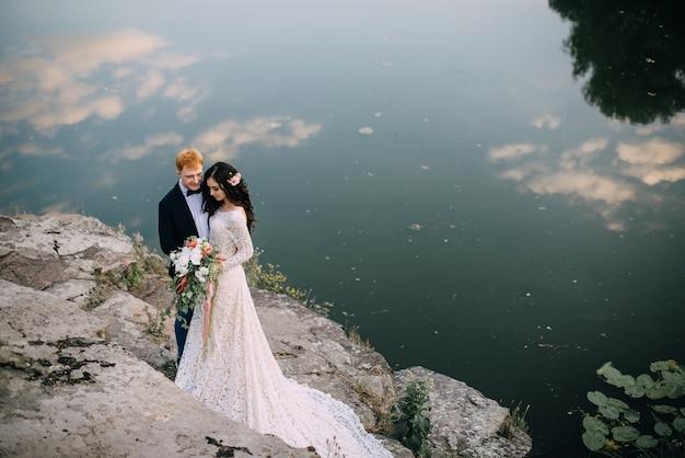 행복 한 신혼 부부 서 강둑에 웃 고