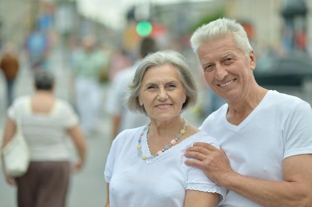 마을에서 걷는 행복한 좋은 성숙한 커플