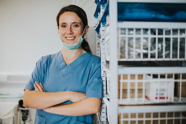 Infermiera felice in una stanza di forniture mediche