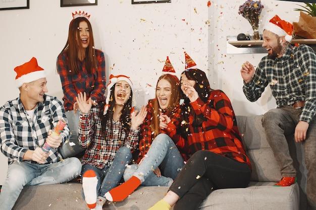 パーティーで若いグループの幸せ。