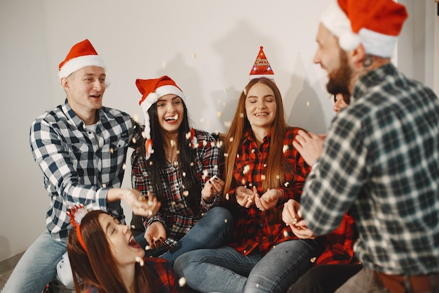 Счастливый группы молодых в партии.
