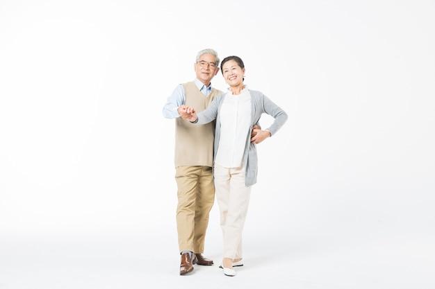 Счастливые старые пары танцуют изолят