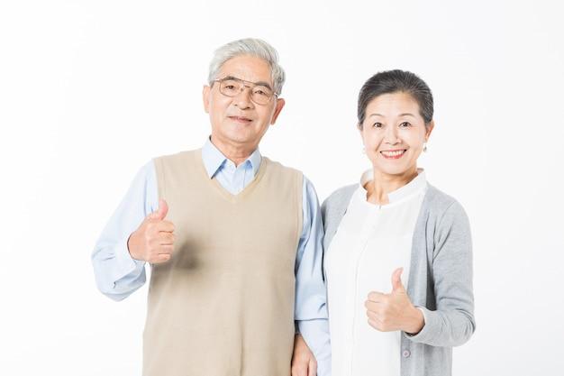 Счастливые старые пары поднимают свои пальцы